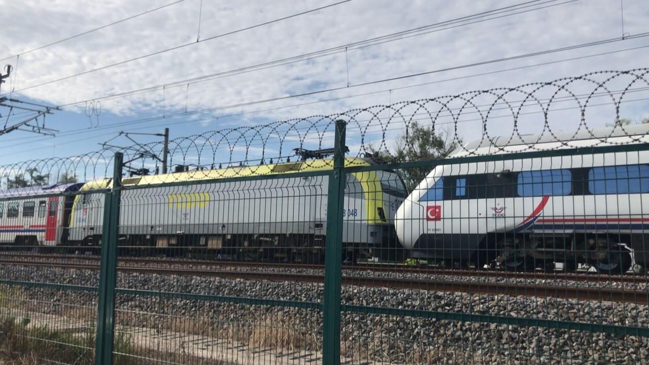Duramayan tren, istasyonda bekleyen YHT'ye çarptı