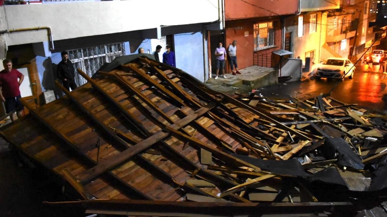 İstanbul'da kuvvetli sağanak ve fırtına, çatılar uçtu