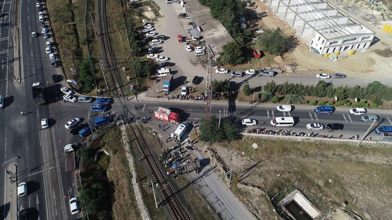 Yük treni minibüse çarptı: 6 ölü, 6 yaralı